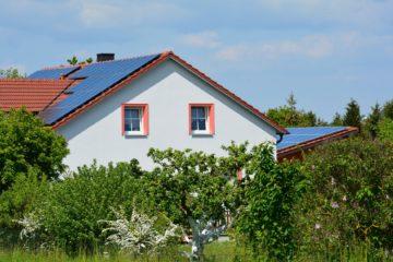 Dach eines Einfamilienhauses mit Photovoltaikfläche