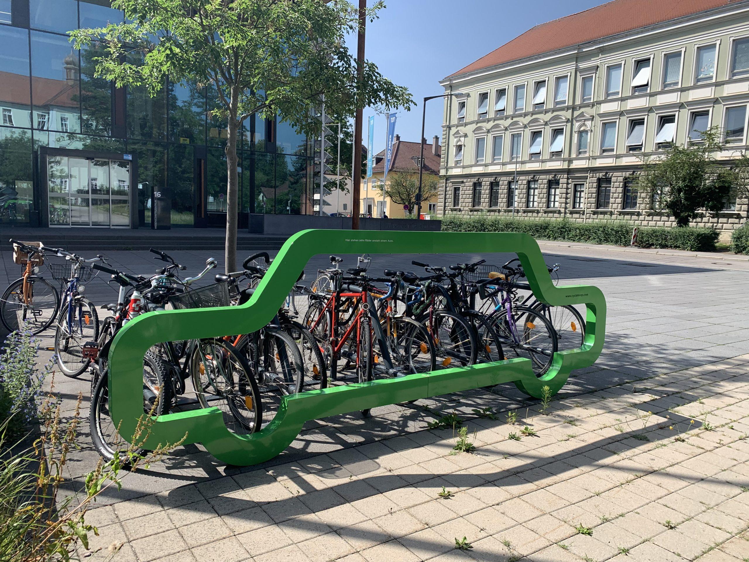 Fahrradständer in Form eines Autos